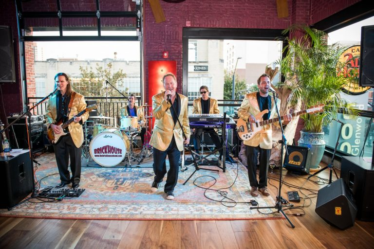 live music for toast to the holidays at vidrio